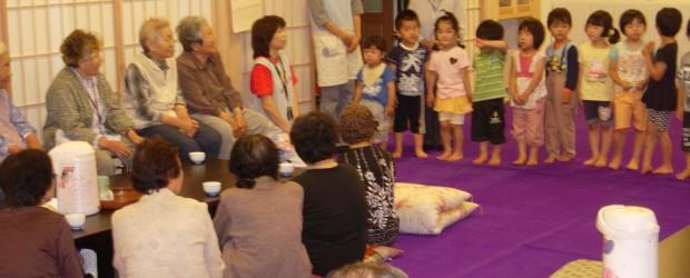 6月27日、平の法学寺で百舌原から飯綱の皆さんが集まる「お茶のみサロン」が行われました。 サロンでは地元の小学校の皆さんのリコーダー演奏や歌、又、保育園の皆さんの歌などが披露され 参加された約30名の方も大変喜んでいま...