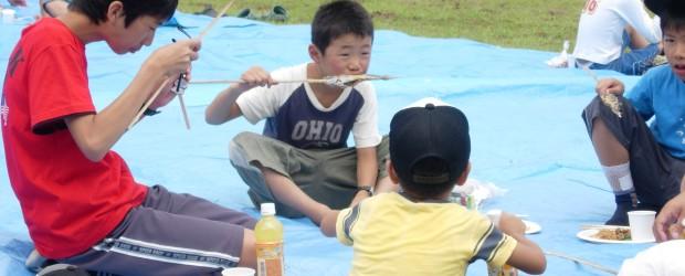 7月31日(日)に広瀬ふれあい公園で芋井地区子ども育成会主催の「魚つり大会」が開催され、大勢の子ども達が軍足池での魚つりを楽しみました。 魚つりの後のバーベキュー体験では、焼きそばなどのほか、釣ったばかりの魚の塩焼きなど...