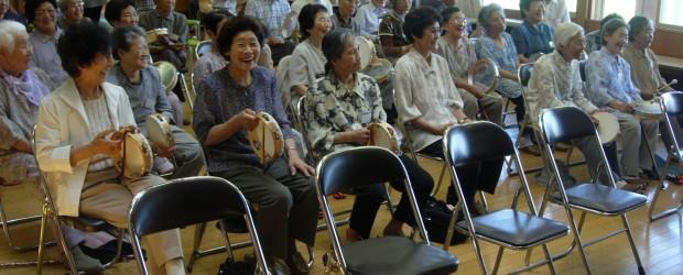 8月5日、影山の芋井小学校第一分校多目的ホールで「第2回ぬくもり広場」が行われました。 今回のテーマは音楽療法と健康教室で、参加者の皆さんは歌にあわせて、楽器などを演奏してリフレッシュしました。 昼食、健康教室の後は、清...