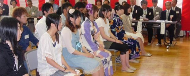 ご成人おめでとうございます。 8月15日(月)、芋井公民館で成人式が行われました。  会場では「白バラ会」の皆さんが新成人の皆さんに 記念品を贈り選挙啓発をおこないました。⇒