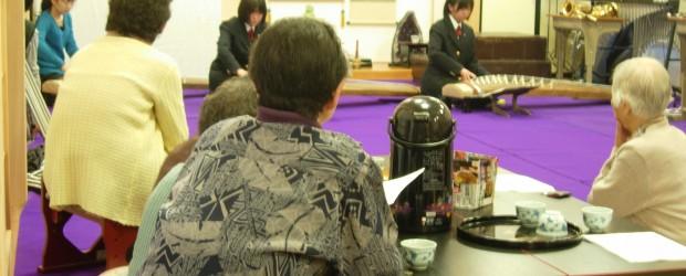 10月も地区内各地で、「お茶のみサロン」が行われました。  10月7日、平の法学寺で行われたサロンでは、今年で閉校となる芋井中学校の皆さんが参加し、箏の演奏や、校歌などの 歌を披露しました。  又、10月25日、狢久保...