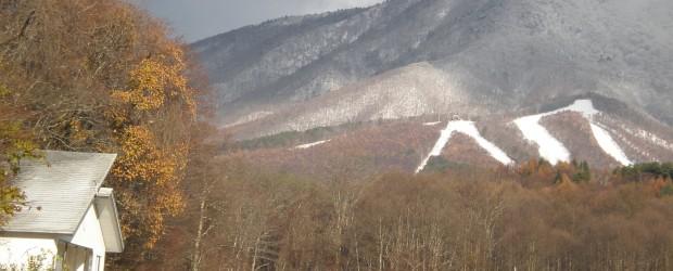 11月16日、飯綱高原に初雪が降りました。  この頃は、朝晩もグッと冷え込み、いよいよ冬も間近といった陽気です。  スキー場も雪化粧し、本格的スキーシーズンの到来を待っています。  ↑スキー場にも降り積もりました   ...