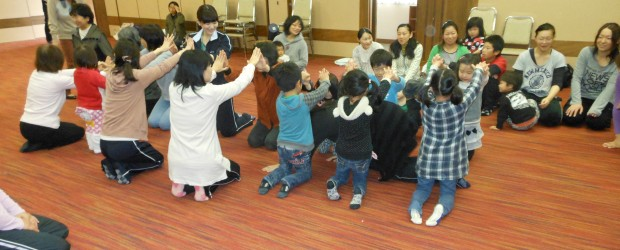 11月10日(土)、アゼィリア飯綱を会場に第2回の健康づくり講座を開催しました。 今回は「ママの体操教室」として健康運動指導士の徳武先生をお招きし、小さなお子さんをお持ちのお母さんのための 体操教室を行いました。 子供と...