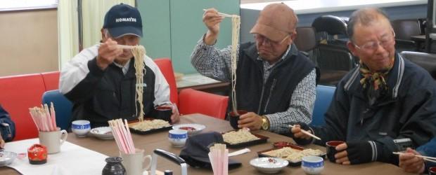 12月21日(金)、毎週金曜日に開放している住民自治協議会事務室横の「交流コーナー」(多目的スペース)のスペシャル デーとして、昨年度に引続き平の和田威さんに手打ち蕎麦を振舞っていただきました。 芋井の地粉を使用した手打...
