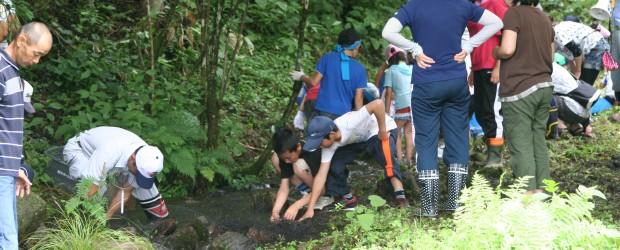 7月28日(日)、芋井こども育成会主催の「魚つかみとり大会」が広瀬ふれあい公園周辺で行われました。 魚のいる小川に入り、夢中になって魚をつかんで子どもたちは大いに楽しんでいました。 その場で食べられるように自分で内臓を取...