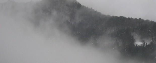 芋井の史跡のひとつ「葛山城址」がある葛山の麓に真っ白な霧が出て・・・まさに 『天空の里』になりました。   左上の山が「葛山」です 麓の村も幻想的でした。