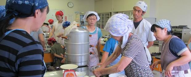 7月26日(火)午前中に「おやき講座」が開催されました。 小中学校が夏休みとなるため、対象を小学生以上としたところ、小学生2名、中学 生4名の参加がありました。 はじめに、保健師から手洗いの指導をしてもらっての講座です。...