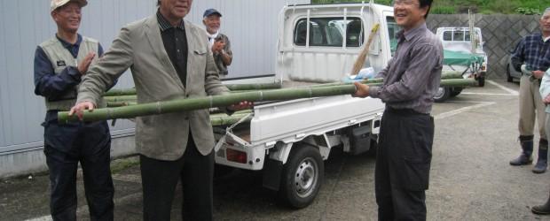 10月3日(月)、災害などの緊急時に、家庭にある毛布を使って応急の担架を造ることができる、《竹の棒》15組30本(長さ250センチ) が寄贈されました。 9月11日に行った芋井地区総合防災訓練において行った救出訓練で、竹...