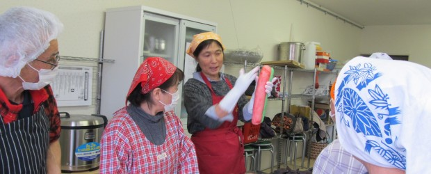 1月30日(火)、芋井公民館で中国出身の講師指導の下餃子作り体験をしました。 皮ののばし方、包み方などのコツを教わり、美味しいモチモチの餃子ができました。 また、3月5日(月)には「やしょうま作り講座」が開催され、アンパ...