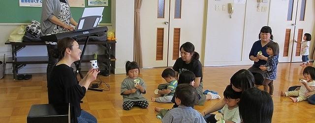 6月22日(金)芋井公民館で「リトミック教室」が開催されました。 芋井保育園の園児と未就園児が参加し、音楽に合わせてうさぎやぞう、カエルに なってホールを走り回りました。 体を動かした後は、絵本の読み聞かせもしてもらいま...
