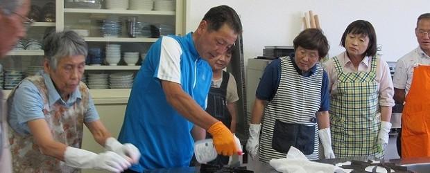 7月26日(木)、芋井公民館で「おそうじ講座」を開催しました。 芋井公民館の調理実習室の流しとガス台を掃除しました。 流しは、重曹水を吹きかけ、スポンジや歯ブラシでこするとピカピカに。 ガス台は、重曹水をかけ、サランラッ...