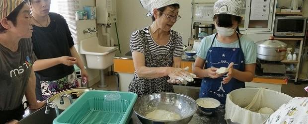 7月20日(金)芋井公民館で「夏のおやき講座」を開催しました。 ナス・玉ねぎ・じゃがいもあんの3種類のおやきを作りました。 芋井小の6年生も参加し、具材を切ったり包んだりおやき作りを体験しました。