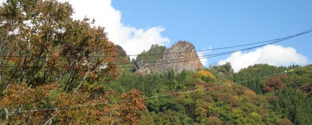 芋井地区も最近の朝晩の寒さのおかげか、山々がきれいに色づいてきました。 特に赤や黄色がきれいです! りんごも赤くなってきました!!芋井地区の秋の風景は素晴らしいですよ~!!   &n...