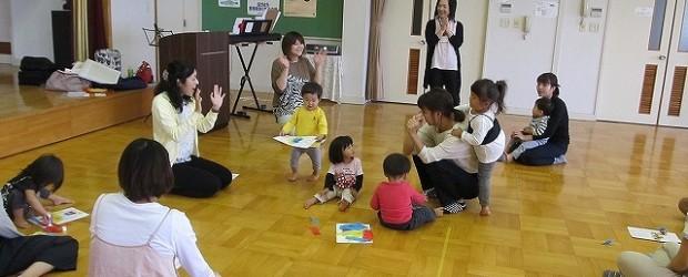 9月20日(木)、芋井公民館で乳幼児対象のリトミック教室を開催しました。 お母さんの膝の上で歌を歌って動いた後、ホールの中を歩いたり走ったりボールを使って遊びました。 「バスがきます」の絵本の読み聞かせ、「はらぺこあおむ...