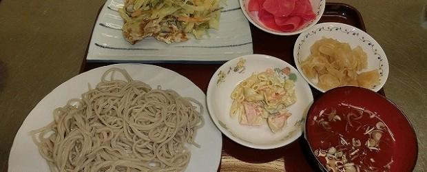 12月4日芋井公民館で芋井産の新そば粉を使い、そば打ち体験をしました。 芋井小の6年生と4年生が参加し、自分たちで打ったそばを試食しました。 打ちながら汗が出てくるほど気温が高く暖かい日でした。