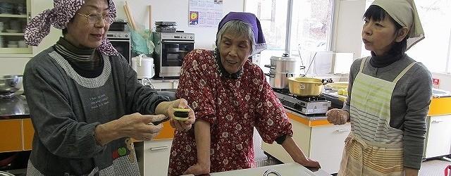 2月13日(水)芋井公民館調理室で、「おやき講座」を開催しました。 「おやき」は信州の郷土料理です。 今回は野沢菜・白菜・じゃがいもあんの3種類のおやきを作りました。