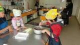 2月11日(月・祝)芋井公民館で、私のバレンタインチョコ講座を開催しました。 生チョコとぼたもち(あんこ・ごま・きなこ)を作りました。 チョコを冷やし固めている間に、ポスターやカレンダーを再利用して紙バッグを作り、 作っ...