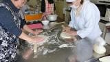 2月21日芋井公民館で,「手打ちうどん作り講座」を開催しました。 地粉を使って手打ちうどん作りを体験しました。 芋井小学校の3年生も参加してくれました。