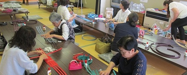 7月17日(水)エコクラフト手芸講座を開催しました。 エコクラフトバンドを使ってバッグを作りました。