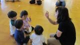 9月26日(木)芋井公民館で、乳幼児対象のリトミック教室を開催しました。 リズムに合わせてお母さんと一緒にホールを歩いたり走ったり、歌遊びでは体で表現しました。 また、絵本を読んでもらい、工作ではストローでトンボを作って...