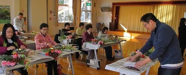 11月30日(土)フラワーアレンジメント教室を開催しました。 8種類の花(グロリオサリリー・カーネーション(3種)・ヒペリカム・ききょうらん デンファレ・フロリダビューティ)を使いました。   &...