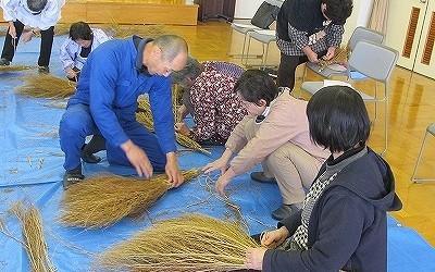 1月28日(火)ほうき作り講座を開催しました。 芋井の清水区近くに咲くコキアを使い、せんぜ(庭先)ぼうきを作りました。 最後は、こぼれた種を持ち帰りました。
