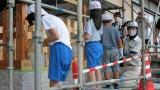 令和2年9月4日(金) 芋井の歴史を学ぶ会で進めている「上ヶ屋高札場復元事業」、完成を前に芋井小学校 児童と地域住民が柵の塗装を体験しました。