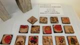 令和2年10月8日(木)  今回で2回目となる「コースター作り講座」は、住民を対象として開催しました。 作品は、10月22日(木)まで公民館の資料室に展示しています。