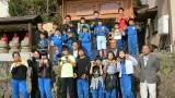 令和2年10月14日(水)  芋井小学校では、児童たちも塗装作業に参加して復元された「上ヶ屋高札場」を見学 しました。